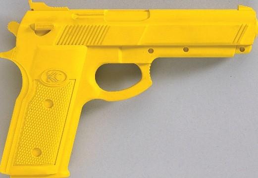 Plastik Pistole in 3 Farben by Kwon